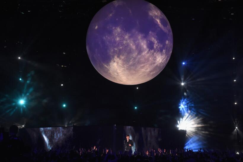 Bajo la luna llena, Shawn Mendes interpretó su éxito 'Mercy' com...