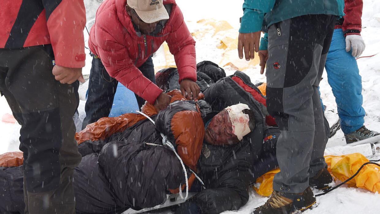 Un grupo de rescatistas intentan salvar a un sherpa que quedó herido tra...