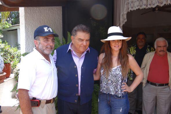 Vicente Fernández Jr. Se mostró sumamente feliz de ver a M...