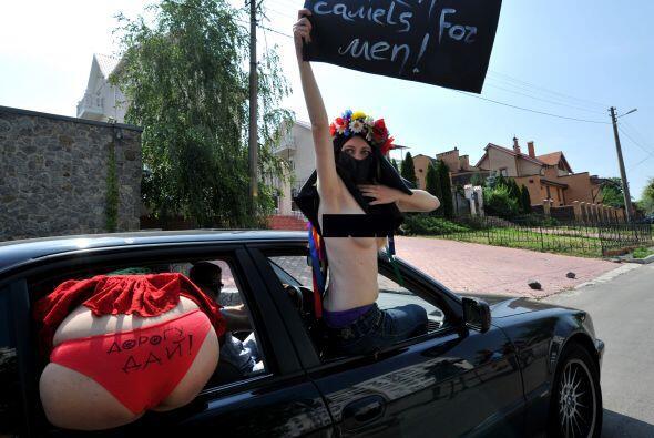 Estas muchachas llevaron a cabo la protesta con la cara cubierta utiliza...