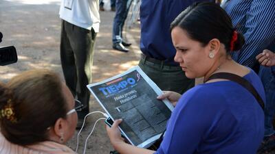 Periodistas de El Tiempo de Honduras sostienen la última edición.
