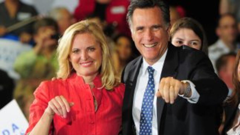 El precandidato republicano Mitt Romney junto a su esposa Ann celebran e...