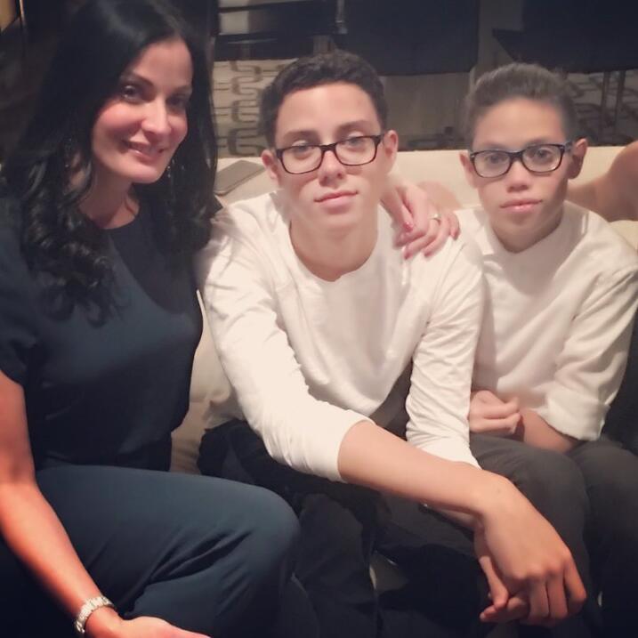 Dayanara Torres y sus hijos.