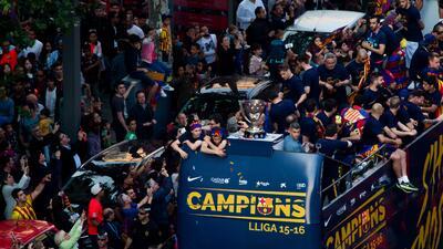 Barcelona festeja en la calles su título de liga