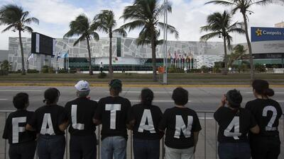 Manifiestan frente a la Cumbre Iberoamericana por los estudiantes desapa...