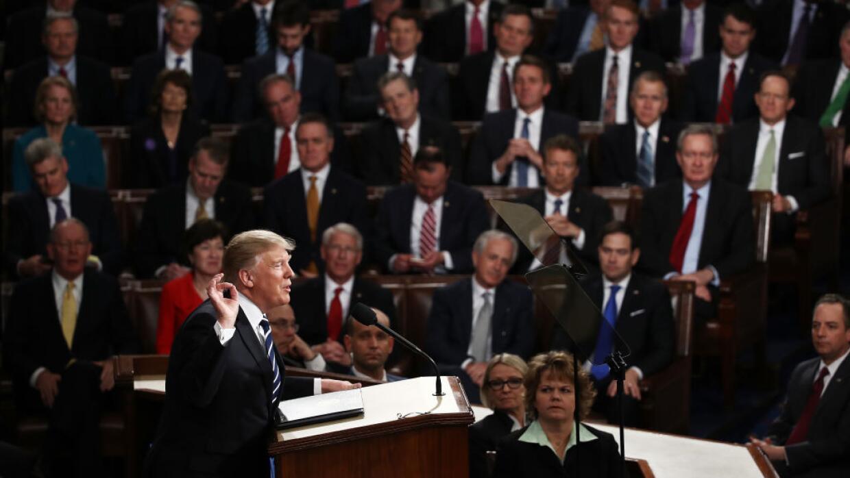 Donald Trump se dirige a una sesión conjunta del Congreso el 28 de febre...