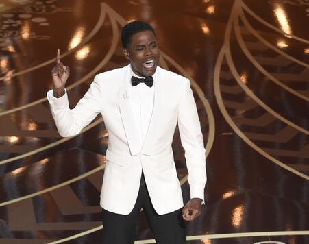 El anfitrión de los Oscar, Chris Rock, durante su monólogo de apertura e...
