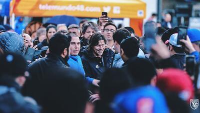 Miles de hinchas de Quakes le dan bienvenida de 'rockstar' a Matías Almeyda en medio de la lluvia