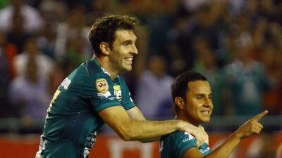 Mauro Boselli y Luis Montes celebran un gol con León