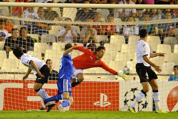 Pero el arquero Diego Alves evitó diversos tiros que iban a gol y salvab...