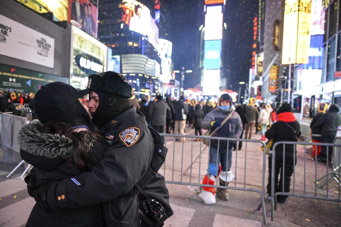A pocos minutos de dar las 12 de la noche del 31 este policía abraza y b...