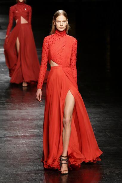 Con una falda larga con una reveladora abertura, es una excelente opción...