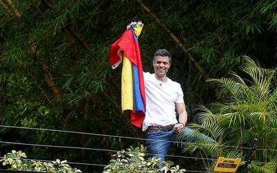 Leopoldo López saluda a sus seguidores desde la terraza de su cas...