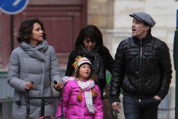 Halle Berry aprovechó las fechas decembrinas para dar un paseo fa...