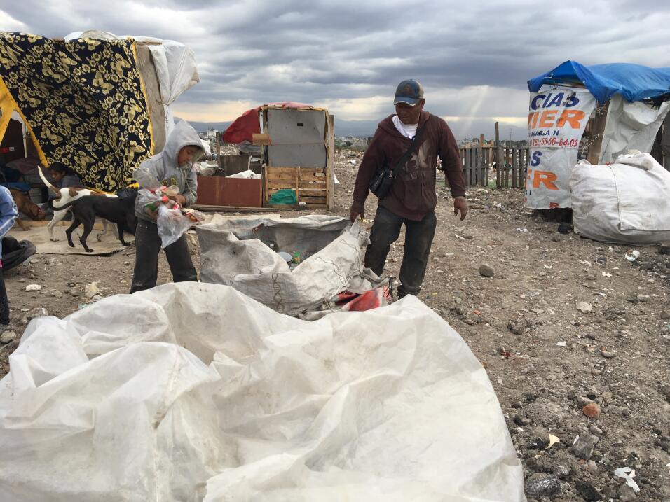 En el basurero los niños ayudan a sus padres a separar los materiales re...