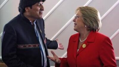 Los presidentes Evo Morales, de Bolivia, y Michelle Bachelet, de Chile.