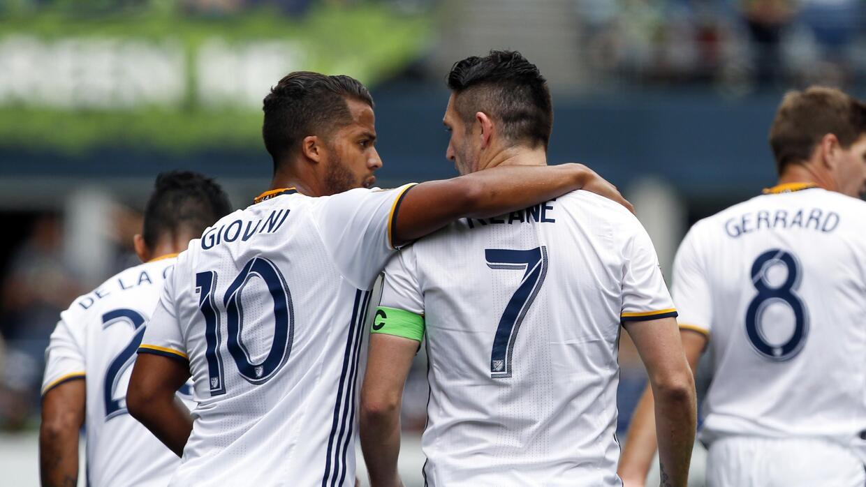 Giovani dos Santos y Robbie Keane