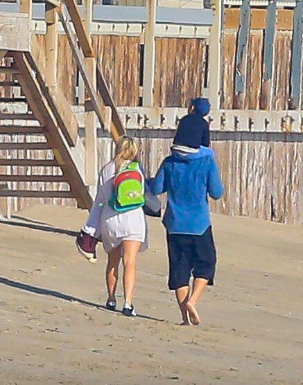La pareja iba acompañada del hijo del actor, el pequeño Flynn.