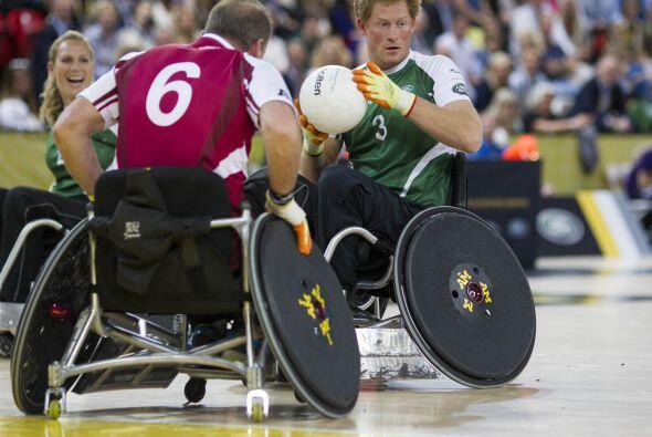 El Príncipe Harry demostró ser un atleta de alto rendimien...
