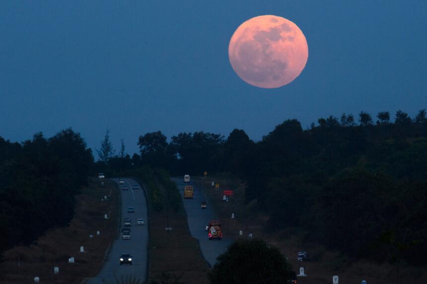 La 'Superluna' ha aparecido en el paisaje de Yangon, en Myanmar,...