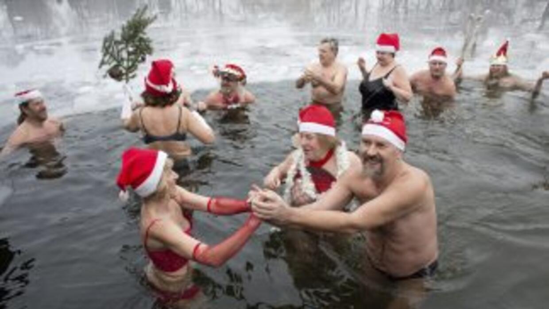 Un grupo de bañistas disfrutan del tradicional baño en aguas heladas en...