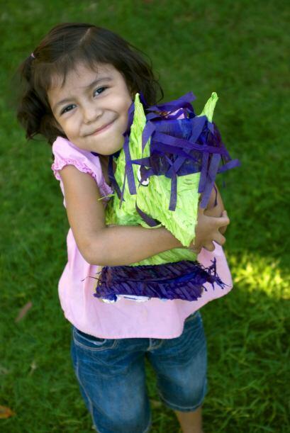 Al final de toda la fiesta los niños participan en la piñata y los adult...