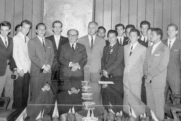 A principios de agosto de 1954, por fin, se funda el Club Universidad co...