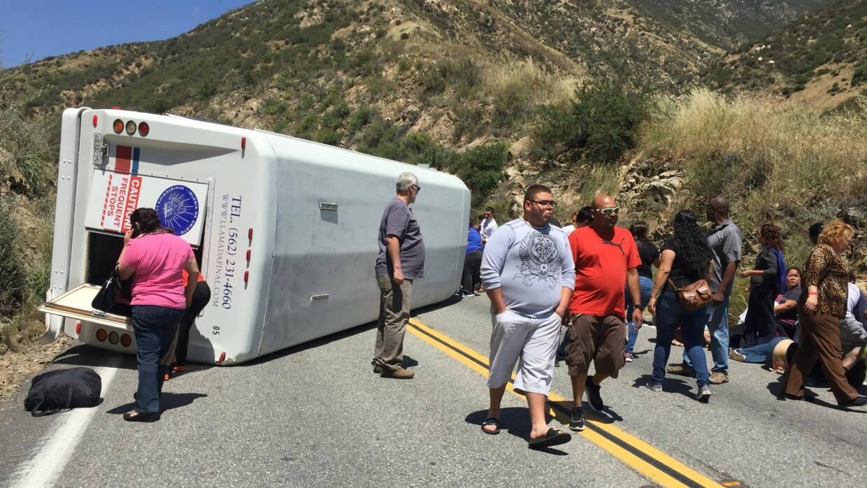Un autobús se volcó la tarde del domingo sobre la autopista 330 en San B...