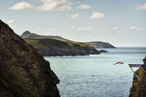 Blake Aldridge del Reino Unido se lanza desde la plataforma de 27 metros...