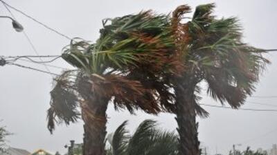 La tormenta tropical Beryl golpeó la costa sureste de EU a una velocidad...