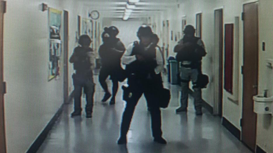 Estudiantes estuvieron encerrados mientras la policía recorrían la escuela.