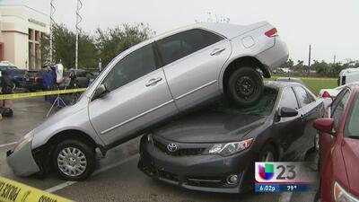 Autos estacionados en el Broward College terminaron volcados