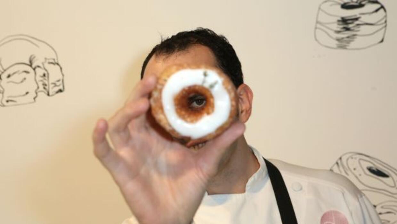 El es el chef Dominique Ansel y su famosa invención, el Cronut