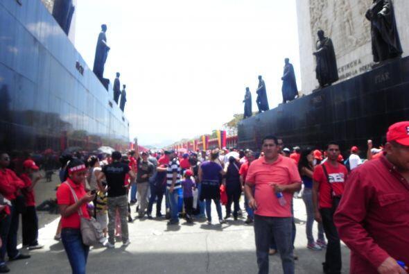 La gente aprovechó para tomarse foto con los fundadores de Venezuela en...
