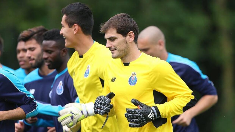 Raúl Gudiño junto con Iker Casillas