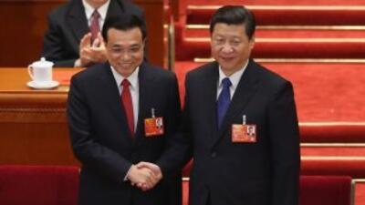 El nuevo primer ministro Li Keqiang da la mano al presidente Xi Jinping...