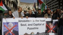Palestinos protestan en Nablús, Palestina, contra la visita de Pence y l...