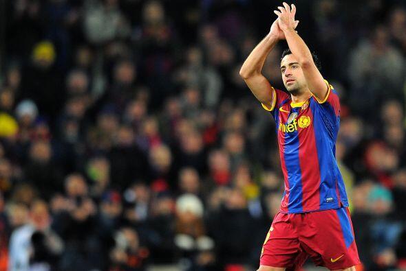 Xavi salió del campo siendo reemplazado para recibir la ovación de todo...