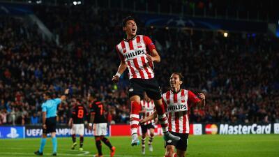 Andrés Guardado y Héctor Moreno le dan oxígeno al PSV ante el Az Alkmaar