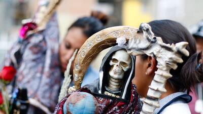 Cientos de creyentes rinden tributo con regalos (dulces, alcohol, drogas...