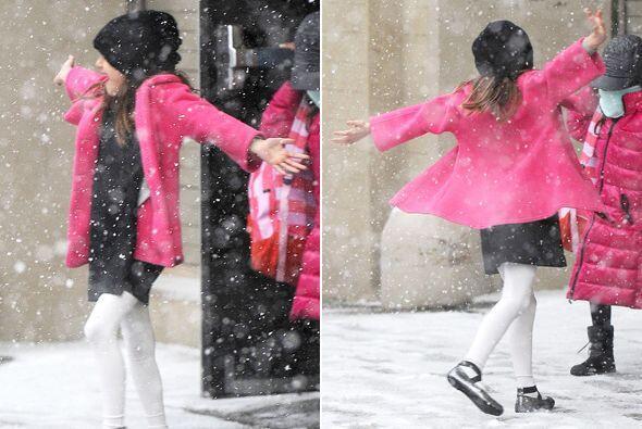 A la chica no le importa el frío. Más videos de Chismes aquí.