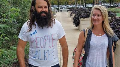 Un hombre que se dedica a pasear con la gente y les cobra 30 dólares por hora (fotos)