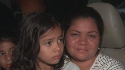 Madre e hija se reencuentran tras haber sido separadas en la frontera con México