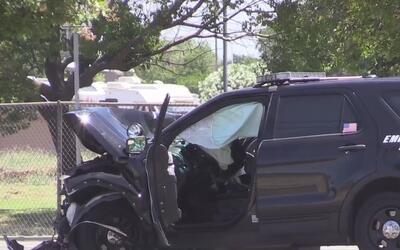 Un hombre murió y dos oficiales resultaron heridos en un accidente autom...
