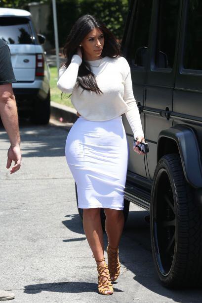 La mujer de Kanye lució sus curvas en blanco.Mira aquí los videos más ch...