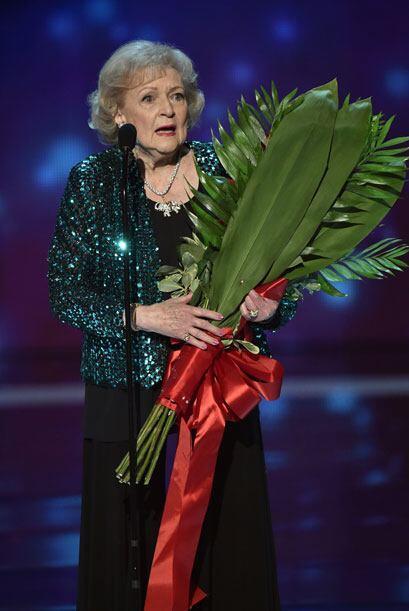 Betty recibió un arreglo floral junto con su premio y celebró seguir vig...