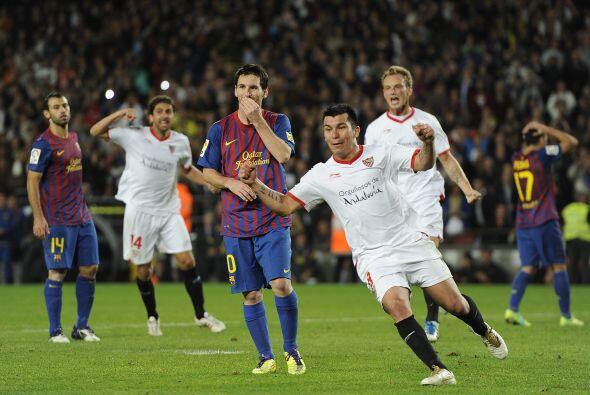 El chileno Gary Medel salió festejando mientras que Messi quedó sin pala...