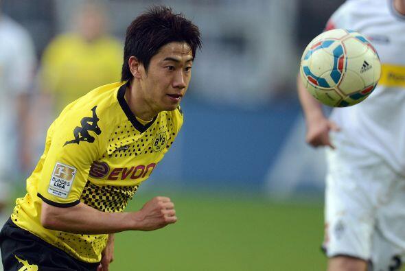 La mitad del campo inicia con el japonés Shinji Kagawa.