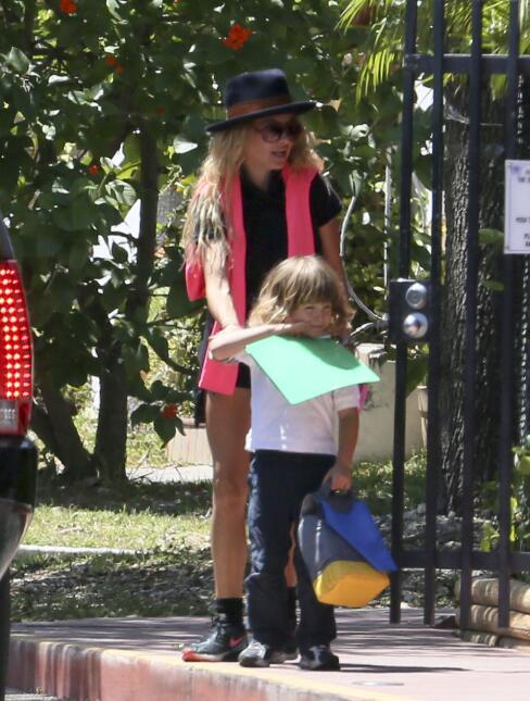 Paulina recogiendo a su hijo de la escuela.