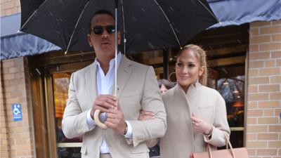 Jennifer Lopez y A-Rod saliendo de una cita romántica en Nueva York el 3...